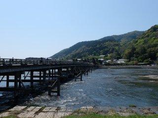 สะพานโทเง็ตสึเคียว ทอดยาวข้ามแม่น้ำโฮสุ