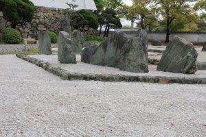 สวนหินที่รอยเส้นบนหินสีขาวสื่อถึงสวรรค์ในท้องทะเล