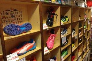 Một số đôi giày được trưng bày