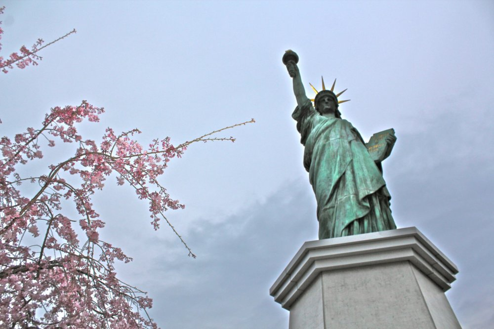 Một bản sao của Tượng nữ thần tự do, cao 11 m cả bệ và là một địa điểm chụp ảnh nổi tiếng từ Skywalk ở công viên hải dương Odaiba