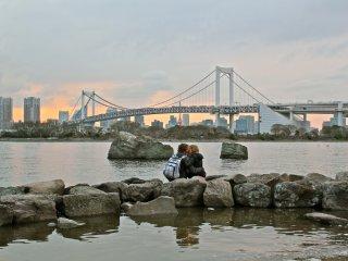 Công viên hải dương Odaiba là một địa điểm lí tưởng cho những buổi hẹn hò lãng mạn. Ngắm hoàng hôn ở phía sau đường chân trời Tokyo là khoảnh khắc thích hợp để có một nụ hôn
