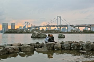 <p>Odaiba Marine Park can be the perfect setting for a romantic date. Watching the sunset behind the Tokyo skyline is an opportune moment to ask for a kiss.</p>