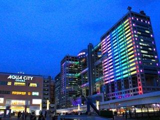 Cả tòa nhà truyền hình Fuji và tòa Aqua city đều rực rỡ khi chúng chỉ đứng ngay sau công viên hải dương Oaiba