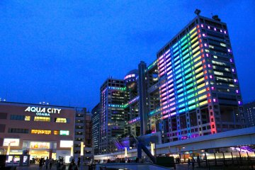 <p>The Fuji Television and Aqua City buidling&#39;s are both bright and colorful as they stand tall just behind Odaiba Marine Park.</p>