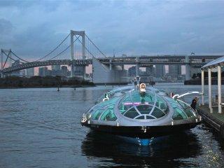 Một trong những điểm nổi bật của công viên là Xe buýt nước, chúng đến từ Asuka, bến Hinode và các địa điểm khác
