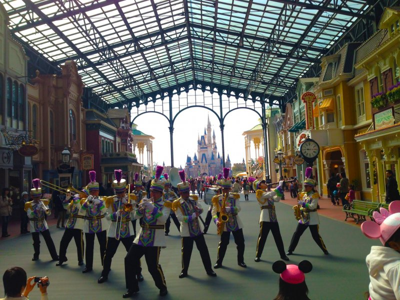<p>A marching performance right at the entrance!</p>