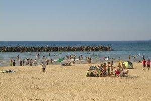 夏のピーク時、お祭りムードに沸き返るビーチ