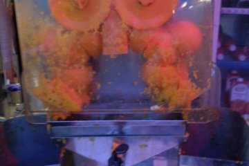 <p>The orange juice machine at the entrance</p>