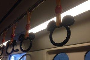 디즈니지하철은 손잡이도 미키모양이에요^^
