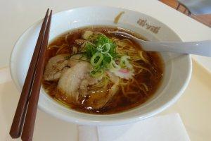 โซบะน้ำซุปเกลือ เส้นเหนียวอร่อย น้ำชุปหอมหวาน ชามละ 470 เยน