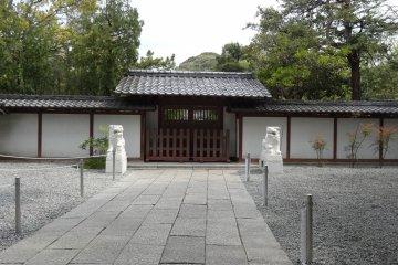 <p>กำแพงวัดโกะโตะกุ-อิน</p>