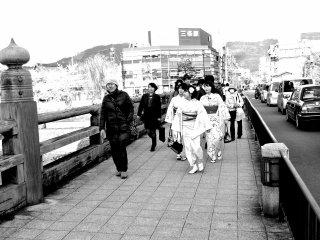 有人喜歡散步,有人喜歡在鴨川旁繁忙的街道購物