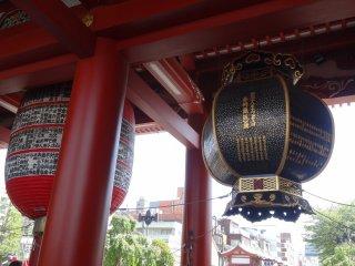 โคมไฟญี่ปุ่นอันข้างๆ ก็ใหญ่พอกัน