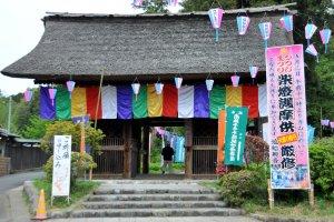 Đây là cổng trước của ngôi chùa. Trong thời gian diễn ra lễ hội, phí vào chùa là 300 yên.