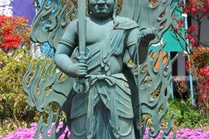Thần Fudo-myoo chào đón du khách tại chính điện của ngôi chùa Phật giáo phái Shingon này.
