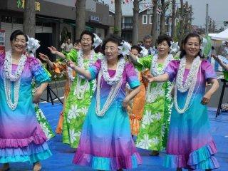 Festival ini memiliki berbagai pertunjukan, termasuk penari hula, penyanyi, dan band sekolah menengah setempat