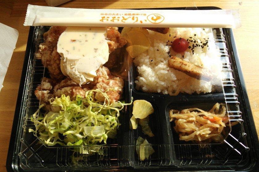 Bento gà nanban - gà karaage bao phủ trong sốt tatar và giấm ngọt.