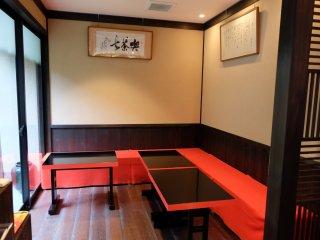มีโต๊ะ 7 ที่นั่ง สำหรับทานขนมพร้อมจิบชายามบ่าย
