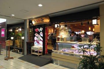 <p>อีกมุมของหน้าร้านพร้อมซูชิทำสำเร็จ</p>
