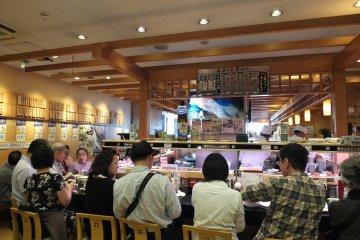 <p>คนนั่งกันจนแน่นร้าน&nbsp;Kaiten Sushi Midori</p>