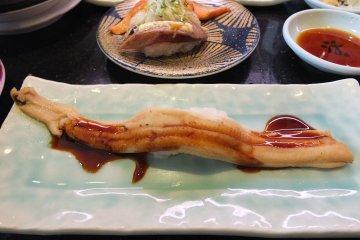 <p>ซูชิหน้าปลาไหลแบบครึ่งตัว อร่อยมากๆ ราคา 250 เยน</p>