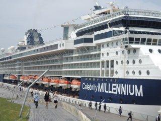 Celebrity Millenium tại bến cảng Osanbashi