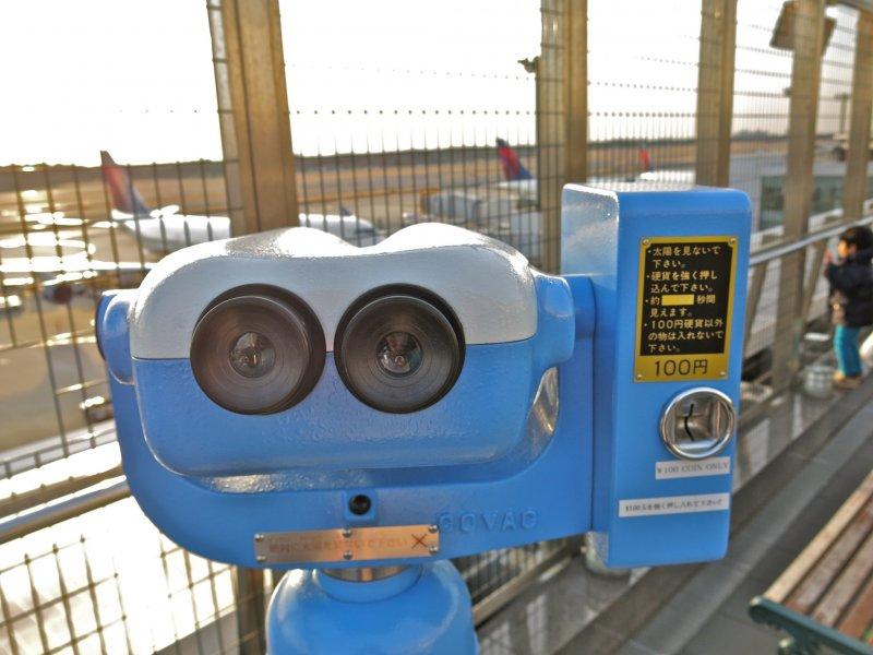 漫步於瞭望台上,並付個¥100,從望遠鏡更近距離的欣賞飛機起飛吧!