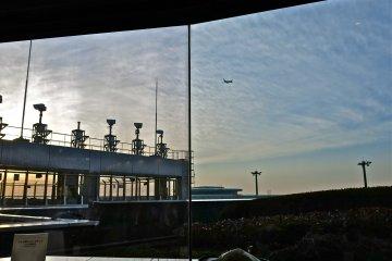 在按摩椅上放鬆的同時,你可以欣賞到在黃昏時分起飛的飛機