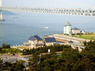 Two historical buildings (left: Former Muto Sanji residence, right: Sun Yat-sen Memorial Hall) with the Great Akashi Strait Bridge (aka: Pearl Bridge) in the backdrop