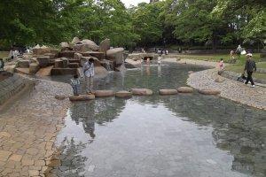เด็กๆ สามารถสนุกไปกับการเล่นในบ่อน้ำก่อนการเตะ