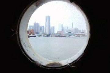 근처 미나토 미라이 21은 배의 창을 통해서