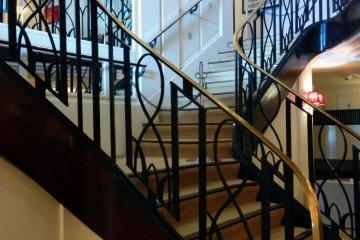 복도 안에는 큰 계단이 숨겨져 있다