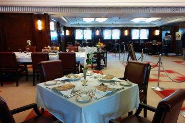 현대 손님들은 배의 전성기 동안 사용했던 같은 식당에서 식사를 즐기면서 시대를 초월한 우아함을 경험할 수 있다