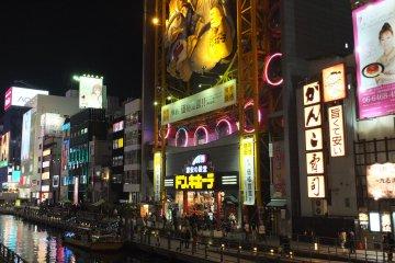 <p>ด้านหน้าร้านสาขานัมบะโอซาก้า</p>