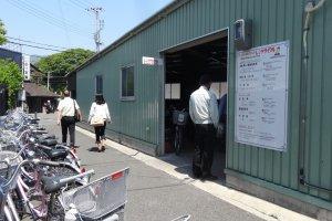 ร้านให้เช่าจักรยานข้างสถานีซะกะอะระชิยะมะ (Sagaarashiyama)