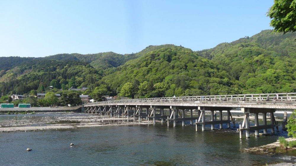 สะพานโตะเกะซึเกียว (Togetsukyō) หรือสะพานข้ามพระจันทร์ (Moon Crossing)