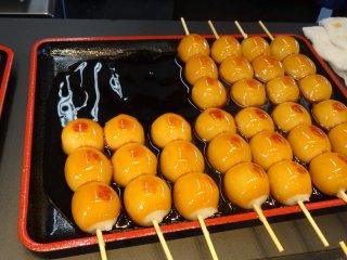 ขนมดังโกะที่ร้านตรงทางเข้าป่าไม้ไผ่อะระชิยะมะ อย่าลืมแวะชิม อร่อยจริงๆ