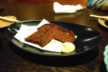 도쿠시마의 특산품 중 하나인 '코마츠시마 생선'. 코마츠시마의 이름은 도시/지역 이름이며, 이 커틀렛은 보통 도쿠시마의 어느 슈퍼마켓에서나 판매된다. 이거 먹고 자라요. 이자카야 버전은 좀 더 특별한 모양/맛을 내기 위해 꾸며졌지만, 나는 내가 익숙한 슈퍼마켓 버전이 더 좋아