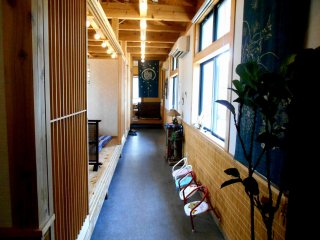 Koridor yang menuju tempat duduk lesehan.