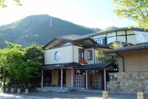 ทางเข้าโรงแรม เป็นสไตล์ญี่ปุ่น