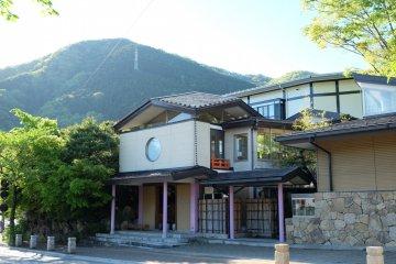 <p>ทางเข้าโรงแรม เป็นสไตล์ญี่ปุ่น</p>