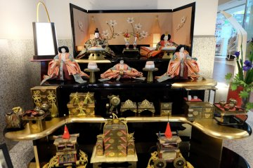 <p>ตุ๊กตาญี่ปุ่นจากช่างฝีมือชื่อดัง เซตนี้ ราคา 7 แสนบาทเลยทีเดียว</p>