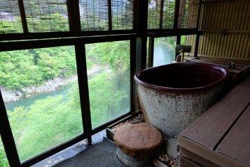 <p>ออนเซนส่วนตัวในห้องพัก มองเห็นวิวของแม่น้ำ Kinugawa</p>