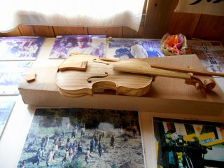 Копия скрипки ручной работы, сделанной одним из заключенных