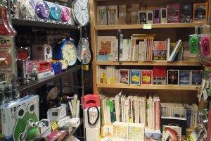 มีหนังสืออยู่ตามตู้ในร้านเป็นหย่อมๆ