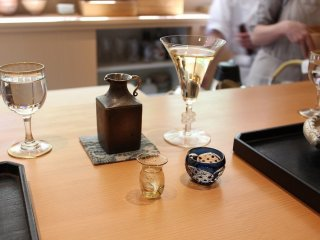 清酒の徳利と白ワインのグラス。「じき宮ざわ」の器のセンスが光っている