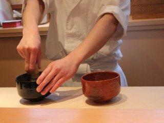 5000円以上のコースには抹茶を立ててくれる。いかにも京都らしい演出である