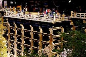 傾斜地にたくさんの柱を立てる伝統的建築技法・懸造り(かけづくり)