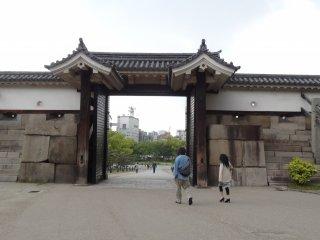 ประตูโอะเทะมอน (Otemon) มองจากด้านในออกไป