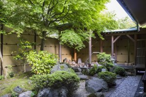 Private garden and bath area of the largest Saikyotei room